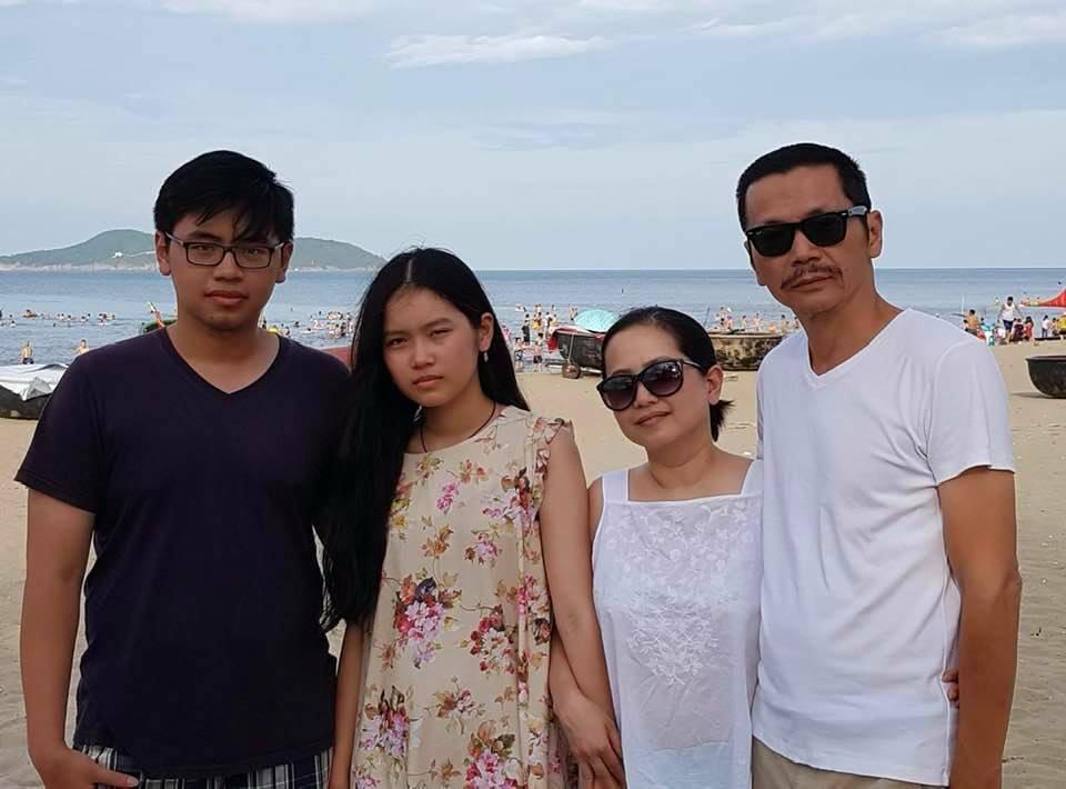 Vợ chồng NSND Trung Anh bên hai con trong một chuyến nghỉ dưỡng.