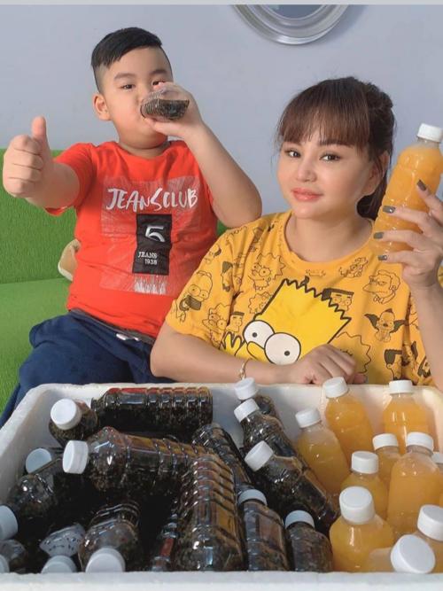 Lê Giang kinh doanh thêm các loại nước uống bổ dưỡng mùa dịch.