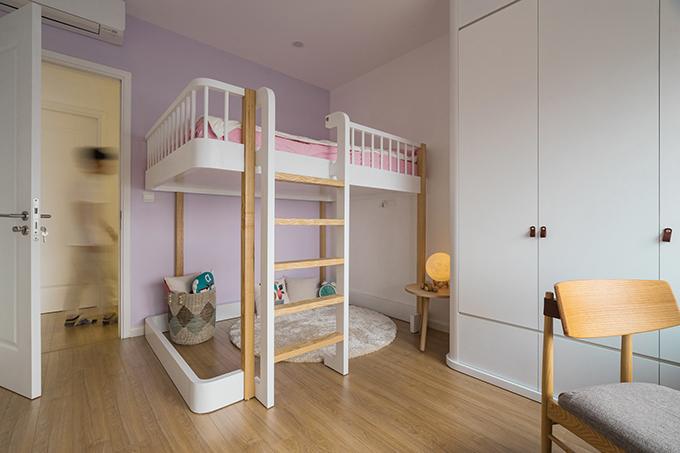 Các phòng ngủ của con cái gia chủ mang tông màu mà các bé yêu thích. Phòng ngủ có giường tầng để tối đa diện tích mặt sàn, làm nơi vui chơi cho 2 bé hiếu động.