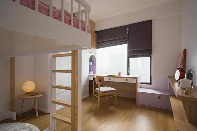 Nội thất trong phòng cũng theo xu hướng tối giản và có chiều cao phù hợp nhu cầu sử dụng của các bé.