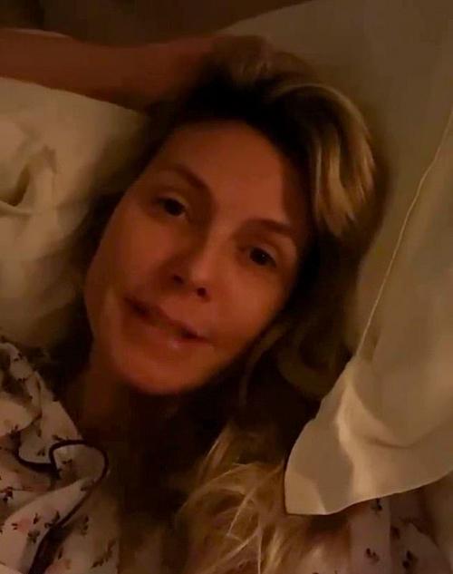 Siêu mẫu Heidi Klum bị ốm mệt từ giữa tháng 3 và tự cách ly hoàn toàn với mọi người. Cô đã đi xét nghiệm nCoV nhưng không tiết lộ kết quả. Nữ giám khảo American Got Talent thường xuyên chia sẻ với các fan trên Instagram những thông điệp về dịch Covid-19.