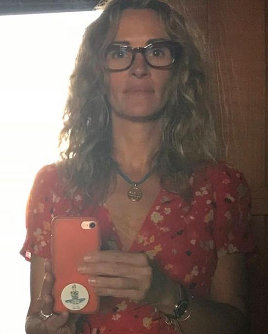 Julia Roberts đăng ảnh selfie trên Instagram hôm 23/3. Người đàn bà đẹp không ngần ngại để mặt mộc trước hàng triệu fan. Nữ diễn viên 52 tuổi cho biết, cô đang ở nhà cùng chồng và ba người con theo khuyến cáo của các nhà chức trách để làm giảm sự lây lan của dịch bệnh. Julia thử thách người bạn Jennifer Aniston và cô cháu xinh đẹp Emma Roberts chia sẻ hình ảnh và những công việc tại nhà trong thời gian cách ly.