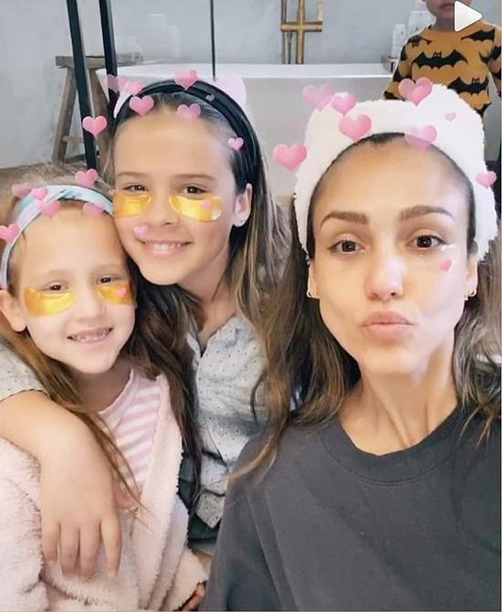 Nữ diễn viên Jessica Alba chia sẻ những hình ảnh vui nhộn bên ba nhóc tỳ tại nhà. Ngôi sao Thiên thần bóng tối khiến các fan ngưỡng mộ vì vẫn trẻ trung ở tuổi 38.