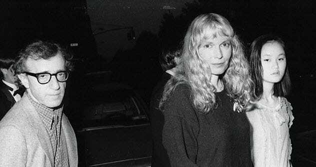 Woody Allen bên Mia Farrow (giữa) và con gái nuôi Soon-Yi Previn (phải). Ban đầu, Soon-Yi là con nuôi của Mia với Andre Previn nhưng sau khi Mia chung sống với Woody Allen, cô gái gốc Hàn trở thành con nuôi của đạo diễn.  Ảnh: Worldnews.