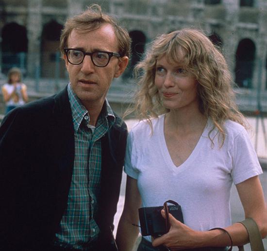 Woody Allen và Mia Farrow bên nhau hơn một thập kỷ và có bốn người con chung. Từ sau khi Woody yêu Soon-Yi và bị tố cáo quấy rối tình dục con gái nuôi Dylan, Mia và ba người con còn lại từ mặt ông đến tận bây giờ. Ảnh: Rex.