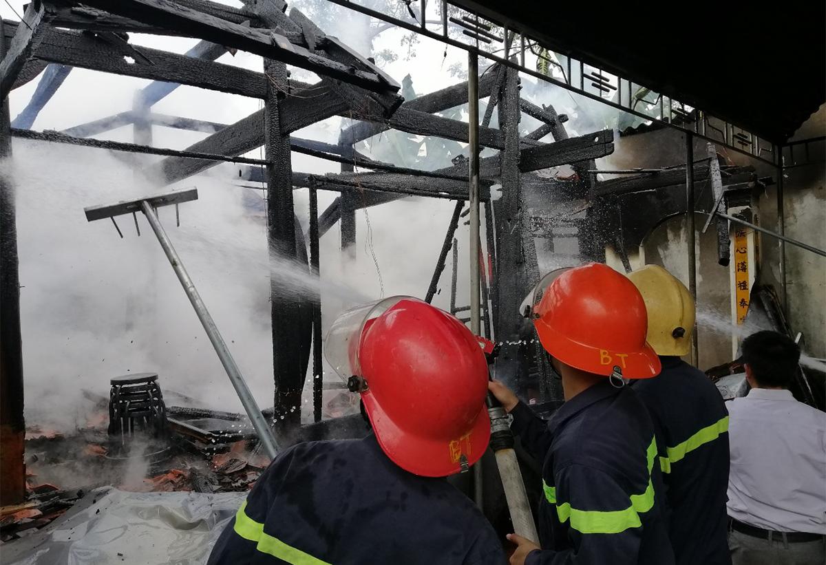 Lính cứu hỏa tiếp cận vụ cháy.