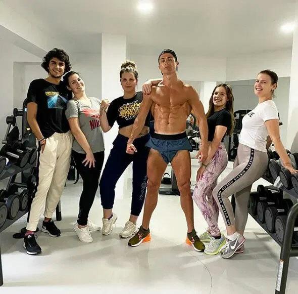 C. Ronaldo nổi bật trong ảnh với thân hình