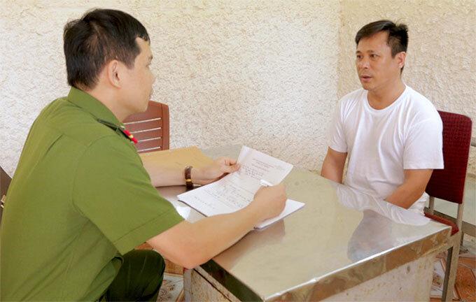 Nghi can Hào (bên phải) làm việc với cảnh sát. Ảnh: C.A