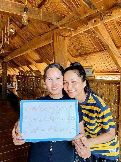 Tại Việt Nam, hoa hậu HHen Niê cũng khởi đầu phong trào khi đăng ảnh cùng mẹ ruột.
