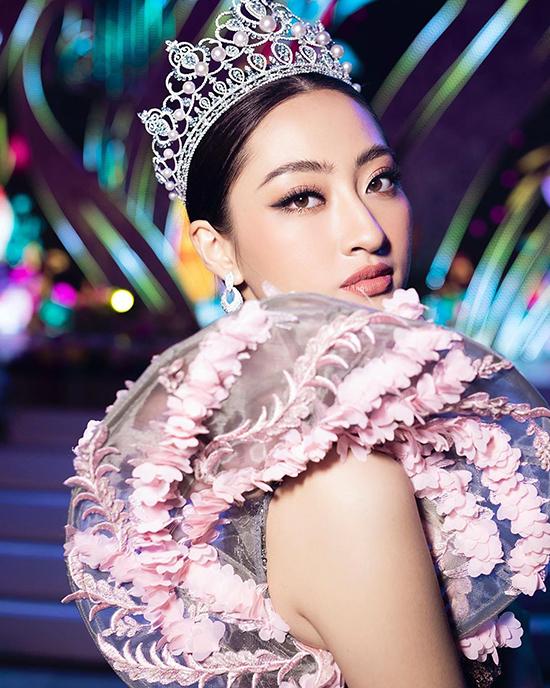 Hoa hậu sinh năm 2000 sở hữu nét đẹp hiện đại với sống mũi cao, mắt to và khuôn miệng tươi tắn.