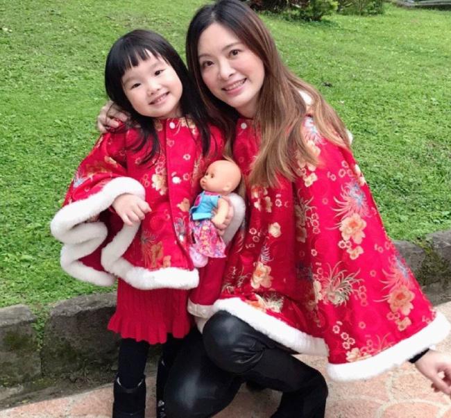 Lưu Chân bên con gái nhỏ.