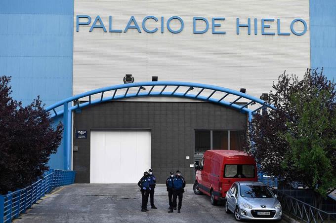 Sân trượt băng nằm trong trung tâm mua sắm Palacio de Hielo được trưng dụng làm nhà xác tạm thời vì các bệnh viện đang quá tải. Ảnh: AFP.