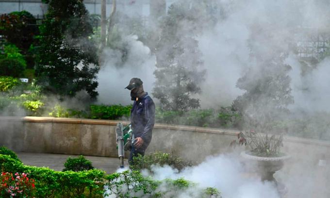 Nhân viên tiến hành khử trùng một khu vực ở thành phố Đài Bắc. Ảnh: AFP.