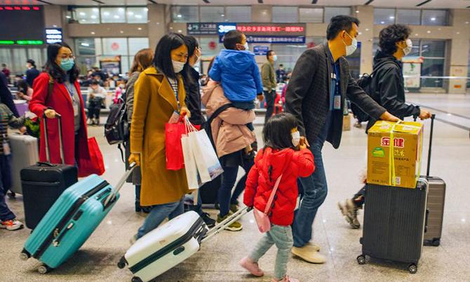 Nhiều người lao động Hồ Bắc chuẩn bị hành lý đến ga tàu ở thành phố Yichang khởi hành đi Thâm Quyến vào ngày 23/3. Ảnh: AFP.