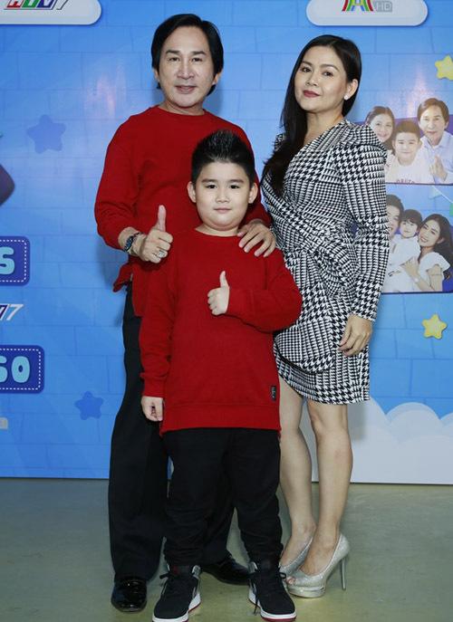 Kim Tử Long mặc ton-sur-ton đỏ với con trai Andy Khánh còn vợ anh - nghệ sĩ Trinh Trinh diện váy thanh lịch. Gia đình nam nghệ sĩ cải lương dự buổi công bố chương trình Thử thách lớn khôn với hình thức livestream.