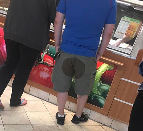 Tương tự, chiếc quần lửng của anh chàng này cũng khiến người phía sau phải chụp trộm.