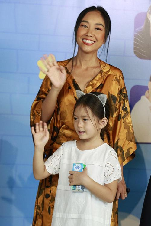 Ca sĩ Đoan Trang đến cùng bé Sol. Công chúa nhỏ của nữ ca sĩ lớn bổng ở tuổi lên 6. Bé được nhiều người khen xinh xắn, đáng yêu.