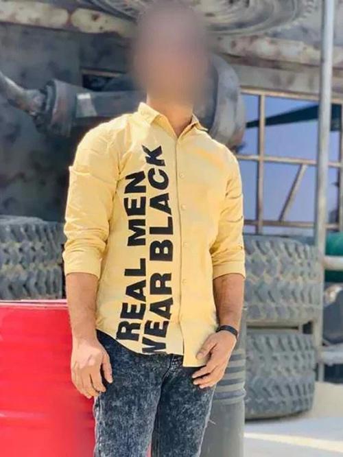 Đàn ông đích thực thì mặc đồ đen, còn chiếc áo in câu đó lại có màu vàng.