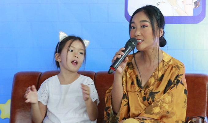 Nữ ca sĩ và con gái hào hứng với chương trình có sự tham gia của nhiều gia đình. Socola vui khi có dịp chia sẻ trải nghiệm làm mẹ, cách nuôi dạy con gái với các đồng nghiệp và khán giả.