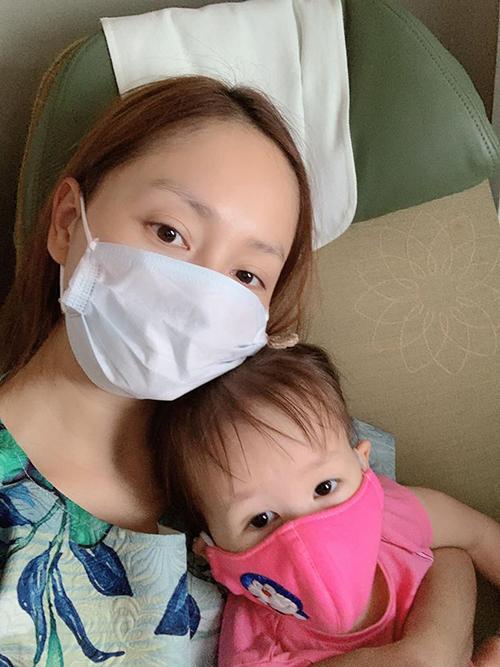 Hai mẹ con Lan Phương trên chuyến bay hôm 21/3.