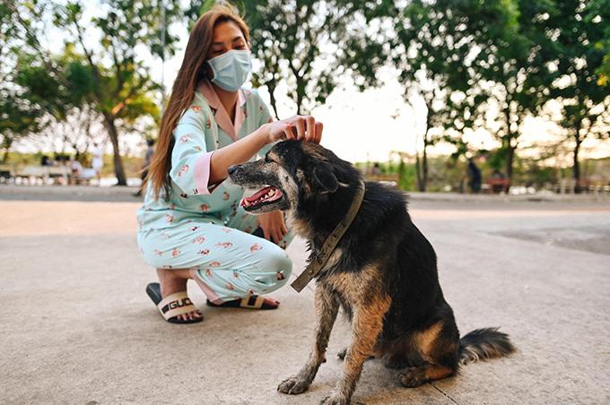 Trong thời gian ở đây, Võ Hoàng Yến còn phát hiện một chú chó không rõ của ai. Cô thấy chú cún có vòng cổ nhưng lúc nào cũng trong tình trạng bị đói. Mỗi khi xuống sân, cô đều tìm đến chơi cùng chú chó này.