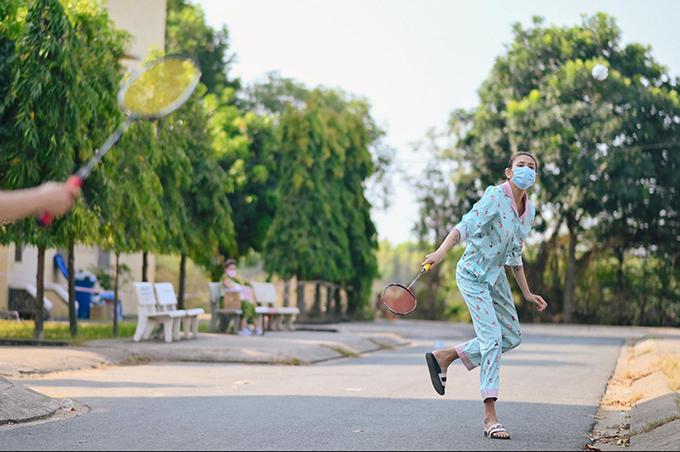 Mỗi ngày của Võ Hoàng Yến thường bắt đầu lúc 5h sáng và kết thúc lúc 10h tối. Cô đi bộ, chơi cầu lông, đá cầu... cùng mọi người trong khu để rèn luyện sức khoẻ. Cô khuyên các bạn du học sinh cũng phải đi cách ly giống mình đừng nên quá đòi hỏi và hãy nhìn vào mặt tích cực của mọi chuyện.