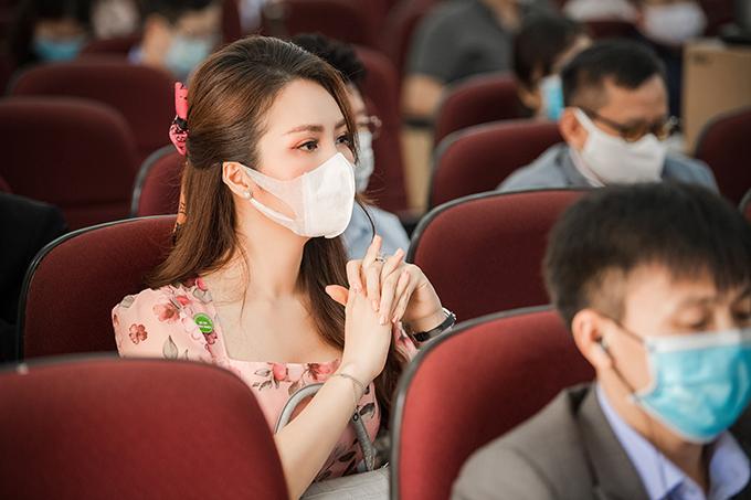 Thuỵ Vân chăm chú theo dõi phát biểu của các bác sĩ. Người đẹp cho biết,viêm phổi donCoV không khác bệnh lao về cả triệu chứng, cách lây nhiễm. Vì vậy, hội nghị hôm qua mới có tên 'Chung tay phòng chống Covid19, cơ hội cho phòng chống lao'.