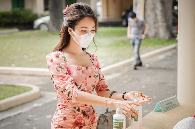 Trước khi bước vào hội trường, Thuỵ Vân cẩn thận rửa tay bằng dung dịch sát khuẩn. Nàng á hậu cũng luôn mang theokhẩu trang dự phòng và nước rửa tay khô trong túi xách để khử khuẩn thường xuyên.