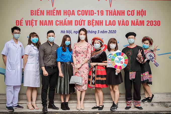 Thuỵ Vân chụp ảnh kỷ niệm với đại diện từ nhiều tỉnh thành về tham dự chương trình.