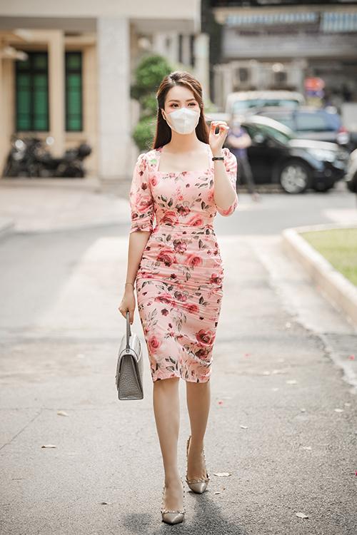 Thuỵ Vân học theo phong cách của chị ĐẹpSon Ye Jin trong phim Hạ cánh nơi anh khi kết hợp đầm hoa rực rỡ dài quá gối với giày, túi xách ton sur ton để hoàn thiện vẻ thanh lịch.