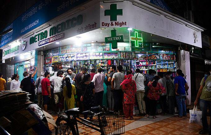 Người dân Ấn Độ đổ xô đến hiệu thuốc sau lệnh phong toả của thủ tướng tối 24/3. Ảnh: AFP.