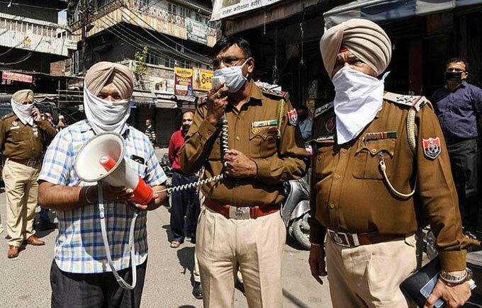 Cảnh sát Amritsar, Ấn Độ đọc lệnh phong toả qua loa cho người dân ở Ấn Độ hôm 24/3. Ảnh: AFP.