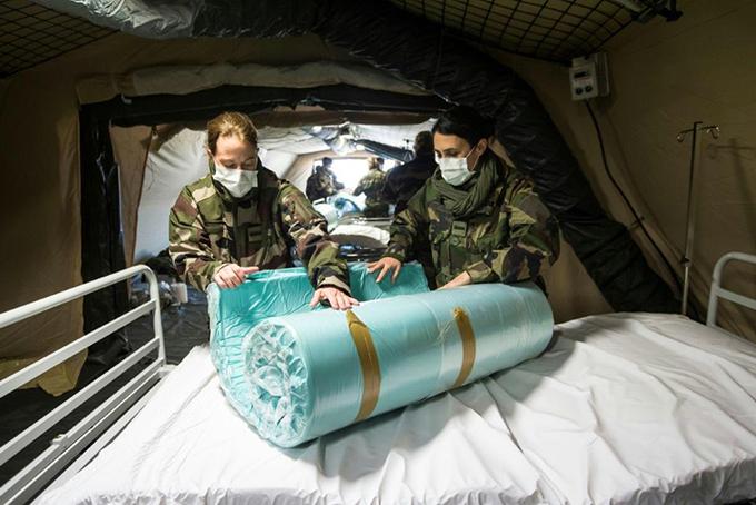 Quân đội Pháp được huy động thiết lập các bệnh viện dã chiến. Ảnh: AP.