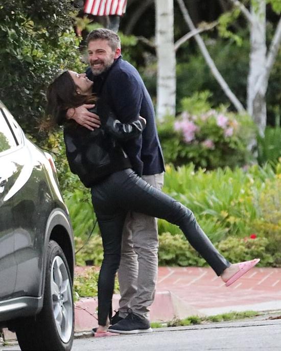 Cặp sao vui đùa, ôm nhau tình tứ bên đường.