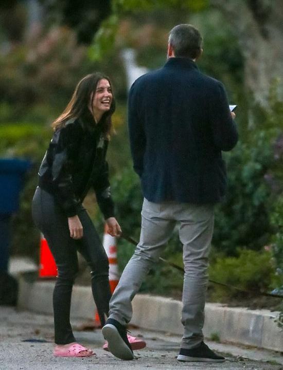 Ben và bạn gái đi dạo quanh nhà nam diễn viên hôm 23/3.