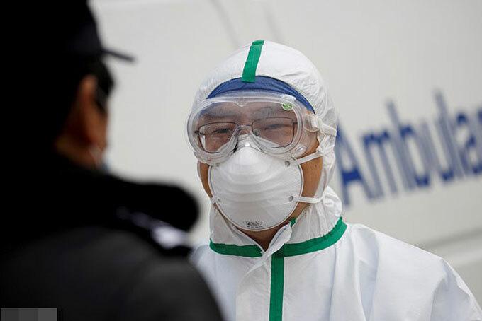 Một bác sĩ chống Covid-19 làm việc ở Cửu Giang, Trung Quốc hôm 1/2. Ảnh: Reuters.