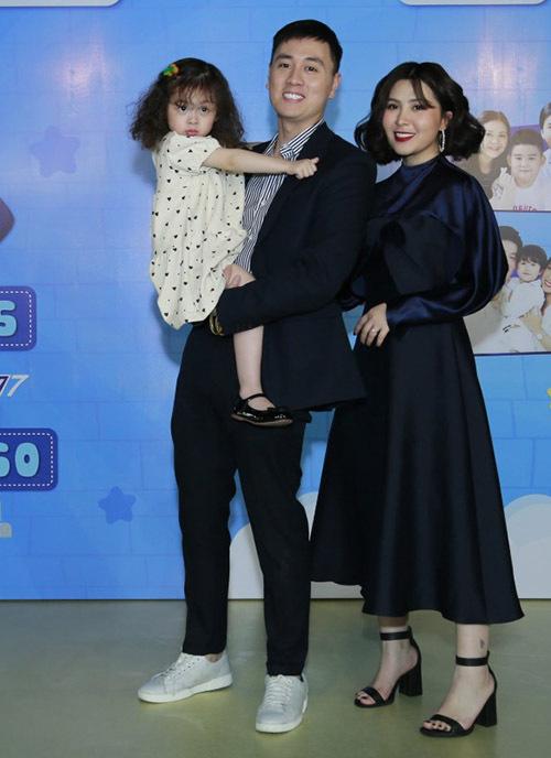 Cô bé Cam Cam (tên thật Hải Chi) nổi tiếng với các video ngộ nghĩnh, đáng yêu trên YouTube cùng bố Kiên, mẹ Loan dự buổi livestream.