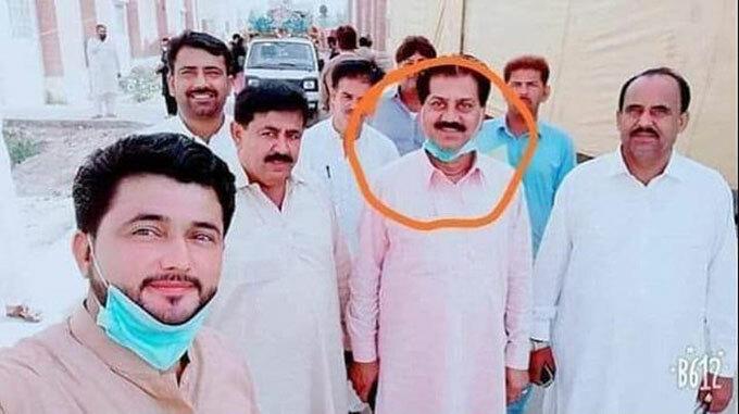 Bệnh nhân Covid-19 (khoanh tròn) chụp ảnh với những người đến thăm ở khu cách ly tỉnh Sindh, Pakistan. Ảnh: FB.