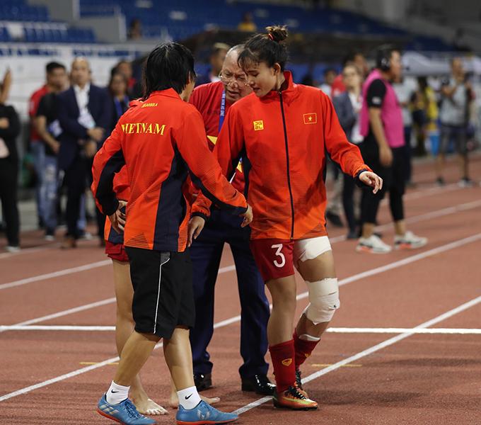 Trương Thị Kiều (số 3) sau trận chung kết SEA Games 30. Ảnh: Đức Đồng.