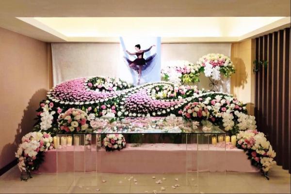 Phòng tang lễ đã được trang hoàng, với hình ảnh nổi bật là Lưu Chân đang nhảy điệu cô yêu thích. Tang lễ phủ màu hồng mà diễn viên quá cố yêu thích.