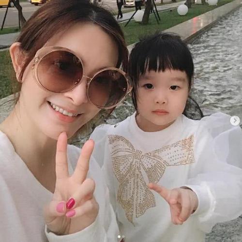 Lưu Chân và con gái nhỏ.