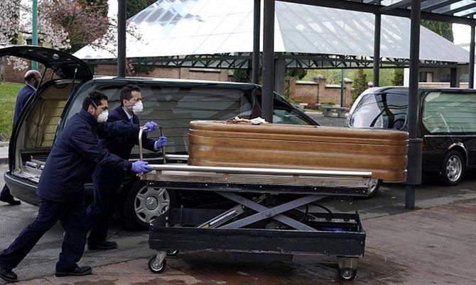 Thi thể một nạn nhân Covid-19 được chuyển tới một nghĩa trang ở thủ đô Madrid. Ảnh: BBC.