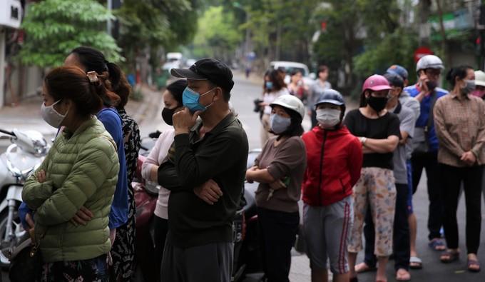 Dân đeo khẩu trang đi mua bánh trôi