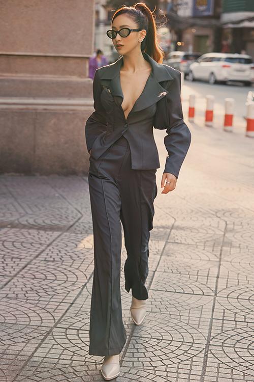 Hà Thu với hình ảnh thanh lịch nhưng không kém phần sexy bởi kiểu vest xẻ ngực sâu.