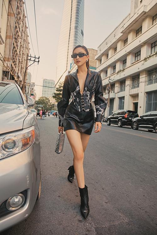 Bộ ảnh được thực hiện với sự hỗ trợ của nhiếp ảnh Phan Thành Nhân, trang điểm Kuny, stylist Phạm Bảo Luận.