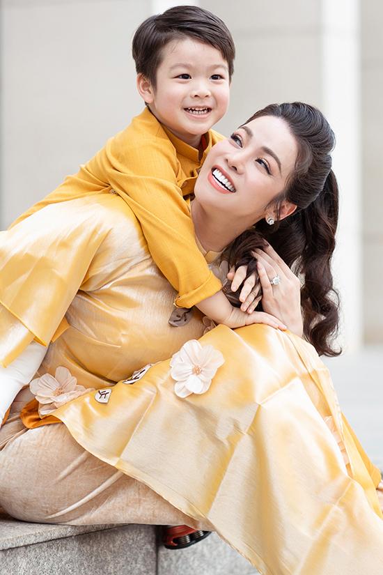 Nhật Kim Anh và con trai chụp ảnh dịp Tết Canh Tý 2020.