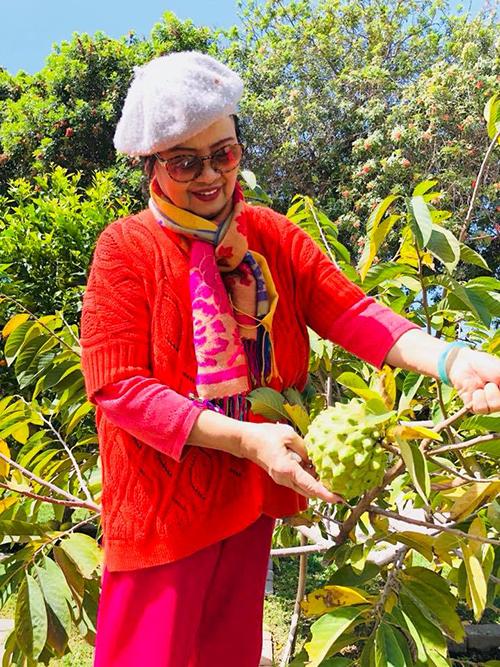 Mẹ của ca sĩ Bằng Kiều trong vườn nhà.