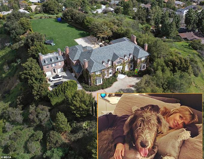 Siêu mẫu Heidi Klum tự cách ly ở nhà suốt hai tuần qua sau khi cô có những triệu chứng nhiễm nCoV. Mặc dù sau đó Heidi xét nghiệm âm tính, cô vẫn không ra ngoài vì sợ lây cúm cho mọi người. Nữ giám khảo Americas Got Talent hiện sống cùng chồng trẻ và bốn người con tại biệt thự 10 triệu USD nguy nga như lâu đài ở Bel-Air.