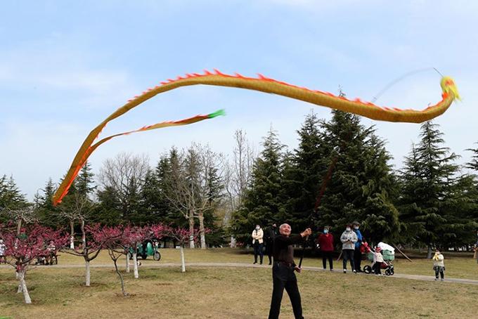 Cụ ổng trình diễn kỹ năng lượn rồng diabolo (môn chơi thể thao của người Trung Quốc) tại một công viên ở thành phố Penglai tỉnh Sơn Đông. Ảnh: Xinhua.