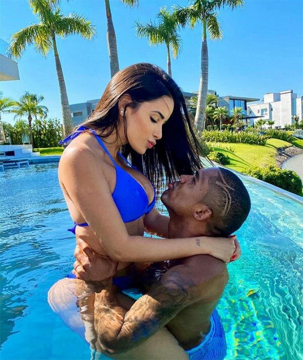 Douglas Costa và bạn gái trong bể bơi ở biệt thự
